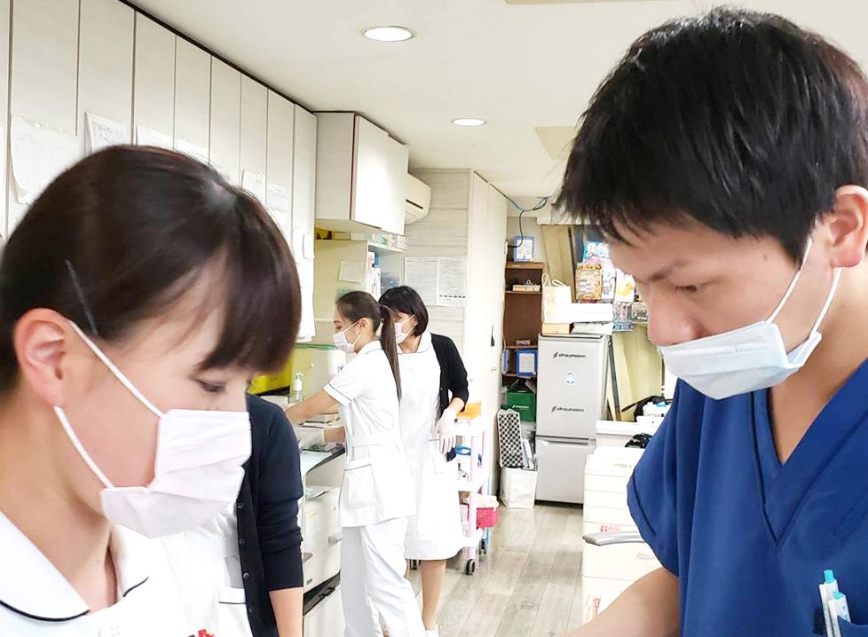 歯科医師と歯科助手